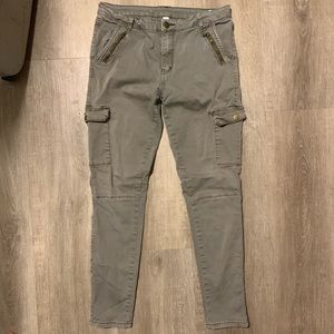 Tight cargo pants with pockets on thighs